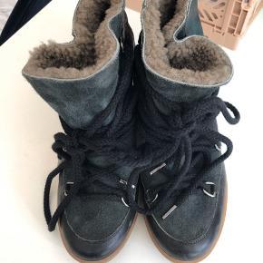 Sælger disse isabel marant vinterstøvler. De er kun brugt meget få gange. De har en hæl indvendigt ligesom de mange andre isabel marant sko. Pelsen indvendigt er ikke trådt ned, siden de ikke er brugt. Både boks og kvittering haves