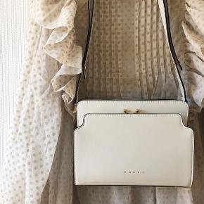 TRUNK REVERSE SHOULDER BAG IN NAPPA CALFSKIN WHITE.  Rigtig fin taske. Dustbag medfølger.  Mp.6500 kr. Køber betaler for forsendelsen.