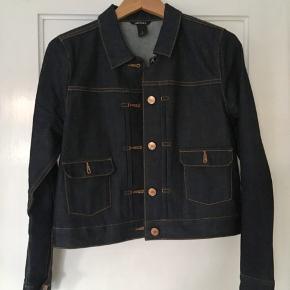 Monki mørk denim jakke. Har et rigtig fint snit og er god til de lune sommeraftener! ☀️ Er kun brugt i én dag.