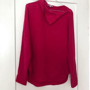 COS fin bluse i flot farve, den kan knappes lidt op ved halsen   størrelse: S   pris: 350 kr   Fragt: 37 kr