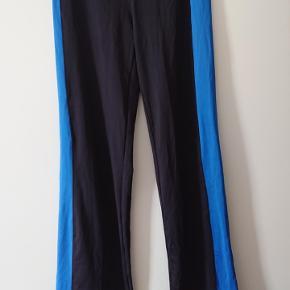Sorte/blå, hel-lange tights/jazzpants, i str M, 40-42, af mærket Crivit. Bukserne er i 87% polyester og 13% elasthane. Lille lomme øverst i linningen.