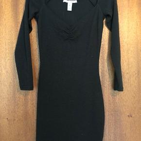Off-shoulder body con kjole. Med gummi i kanten så kjolen ikke glider ned. Der er mønster i stoffet, se billede 2.