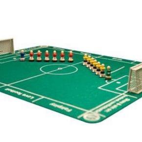 FlickBall er et sjovt fodbold brætspil med masser af taktik.   Indeholder: 1 Fodboldbane med kridtstreger (skaleret efter virkelig størrelse) 65x80 cm 2x7 Spillere i FC Barcelona trøjer  3 Fodboldbrikker 2 mål med magneter 1 spilleguide med regler, tips og trick (DK, UK, DE, SE, NO)