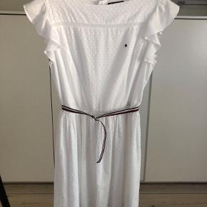 Sød enkelt kjole fra Tommy Hilfiger str. 176 (passer pige på ca. 12 år) Brugt et par gange og fremstår i fin stand.