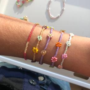 Perlearmbånd med blomster. Forskellige farver og størrelser. 💮 Prisen er 35kr pr. Styk inkl Porto.  Sender med postnord