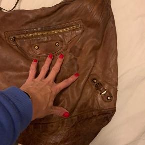 Lækker Balenciaga Day, som har været flittigt brugt og derfor er kategoriseret som slidt. Skulderstrop/hank er træt, men intakt og der er pletter på kroppen, som dog kan udjævnes med en læderbalsamering af hele tasken :) Lækker let taske med boho-vibes. Sælges for en slik, hvis du til gengæld selv giver den lidt tlc :)