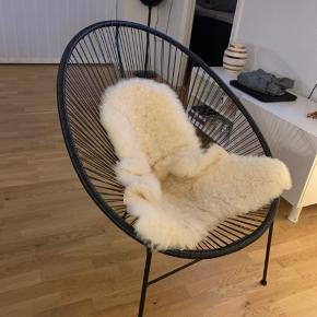 Fin flettet stol med pels pynte tæppe til  Begge dele 450.- her og nu