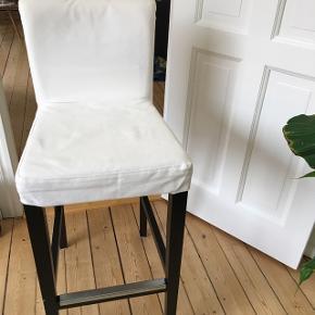 Barstol fra IKEA. Hvidt betræk, sorte ben. Koster 449,- pr. Stk. Fra ny. Sælges fordi de ikke bruges. Har 2 stk!2 stk. 300 kr.