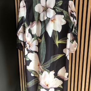 Kjole med blomstermotiver fra ICHI  Høj hals og lynlås i nakken   Str M   Brugt 1 gang   Handler via Trendsaleshandel og sender med DAO