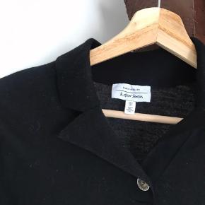 Dejligt trøje / sweater med knappe detaljer og krave