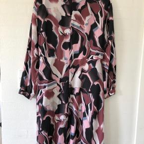 Helt ny og spændende Karen By Simonsen ONE - Obsessed Dress sælges.