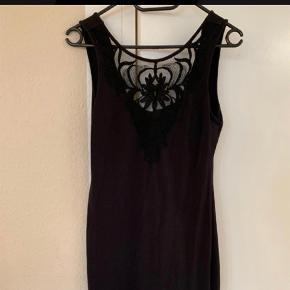 The little black dress med blonde ved brystet og rund udskæring ved ryggen  God men brugt  Ts eller mp