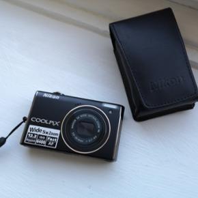 Nikon Coolpix s640.  Næsten ikke brugt, og er derfor som nyt.   Dog er oplader forsvundet..   Taske medfølger.   Nypris ligger på ca. 1500,-   Pris 179,-  Lynhurtigt kamera med 12 megapixels. Med en lynende hurtig opstartstid og en autofokus, der kan konkurrere med et digitalt spejlreflekskamera. Kameraet er bygget til et liv på farten: NIKKOR vidvinkelobjektivet i høj kvalitet med 5x zoom trækkes ind i det kompakte kamerahus, når det ikke bruges, og LCD-skærmen på 2,7 tommer har en bred synsvinkel, der gør det nemmere at fremvise de enestående billeder på stedet. Automatiske portrætfunktioner såsom Smile Mode og Subject Tracking AF hjælper til, når de sjove øjeblikke skal foreviges. De gør det muligt at fange smilet på motivets ansigt, selv hvis vedkommende bevæger sig hurtigt. COOLPIX S640 – fanger de flygtige øjeblikke.