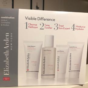 Visible Difference Skin Balancing Starter Set fra Elizabeth Arden et et anti age hudplejesæt, der giver dig effektiv antiage hudpleje i fire enkle trin. Visible Difference Skin Balancing Starter Set indeholder en Visible Difference Skin Balancing Exfoliating Cleanser på 30 ml, en Visible Difference Skin Balancing Toner på 50 ml, en Visible Difference Skin Balancing Lotion med SPF 15 på 30 ml og en Visible Difference Optimizing Skin Serum på 15 ml. Elizabeth Arden er legendarisk indenfor skønhed og Visible Difference serien er en kendt og elsket hudplejeserie som mange sværger ved, når hudens ældningstegn skal bekæmpes.