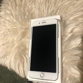 HELT NY IPHONE 7 PLUS  Sælger denne helt nye IPhone 7 plus i sølv med 32 gb. Jeg sendte min gamle IPhone 7 plus sendt til reparation og fik en ny tilbage, da den gamle var meget ødelagt. Så sælger derfor en sprit ny IPhone 7 plus.  Den fejler som beskrevet intet og har stadig folie omkring sig som ikke er brudt. Derfor INGEN brugsridser eller andre ridser.   Medfølger to års garanti samt kvittering  Modtager gerne seriøse bud;)