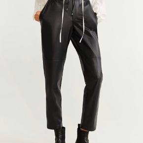 'Læder' bukser fra Mango. Har elastik øverst, så kan selv strammes. Kan passes af S og M