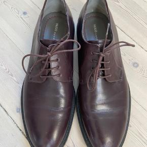 Læder sko med kraftige gummi såler så de kan bruges både til casual og dress brug. Brugt 4-5 gange og er i flot stand. De er brune med Bordeaux skær.  Bud er velkomne men bytter ikke.