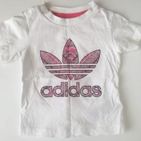 Ny Adidas t-shirt str. 74 kun brugt 1 gang. Gav 180kr. For den, kan evt. Bruges med det Adidas sæt jeg også sælger. Pris 70kr.Kan afhentes i Søborg eller sendes ☺️