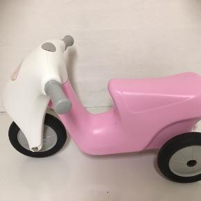 Den fineste lille prinsesse scooter med gummihjul fra Dantoy.  Alder fra ca 2 år  Næsten som ny - byd.