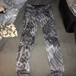 Trænings bukser, tights, løbebukser. Str S, fra H&M. De er brugt, men de er stadig i god stand. Kan ikke huske ny pris, men byd