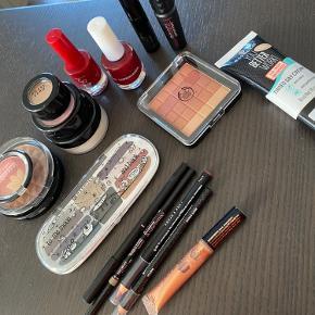Masser af makeup.  Både øjenskygge, lipliner, pudder, mascara, bronzer og meget mere. Samlet pris 350.