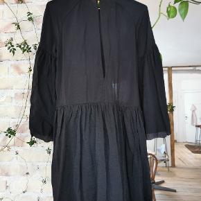 H&M sort kjole med fine ærmer, flæsedetaljer og knap bagpå ved halsen.   Str. 34 (jeg bruger str. 36 og passer den).   Stand: Næsten som ny. Brugt en enkelt gang. Fejler intet.   Ny-pris: 400kr.  Pris: 100kr.  Skal hentes på Nørrebro / mødes på Nørreport ellers kommer forsendelse med DAO oveni.   #30dayssellout