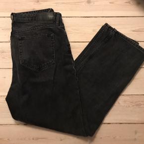 Dejlige mom jeans fra samsøe samsøe, sidder til i livet og har vidde i benene, lukkes med knapper. Kun brugt enkelte gange🌻 BYD!