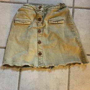 sælger denne grønne nederdel, da jeg ikke kan passe den længere  BYD!