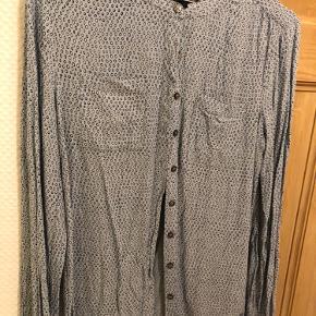 Fin skjorte fra Tommy Hilfiger sælges. Der står str 2 i den, men den passes af str s.  Sælges for 90kr