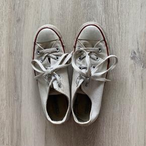 Brugte Converse sko. Med en grundig vask, er der stadig mange km i dem 👟 Jeg er en str. 36 🤍