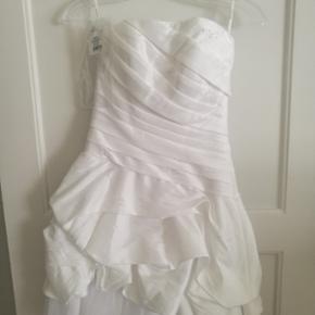 Smuk konfirmationskjole fra Lilly str 32 Aldrig brugt kun prøvet på, da min datter fandt en anden kjole