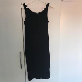 Sort lang kjole, mærket er klippet ud i nakken men fejler intet. Jeg er 162 og den stopper lige under knæet på mig. En s kan godt passe den men skal den sidde tæt skal man være M til L da den er stor i det Fra røgfri og dyrefrit Kan sendes for 37kr ekstra