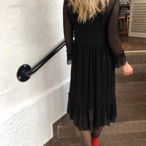 Y.A.S kjole, brugt én gang. Str. L. Passes bedst af størrelse S/M. Købt i størrelse L fordi den var stram i ærmerne i S og M. Ny pris: 500,-
