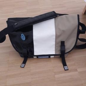 Sac Timbuk2 selon ce modèle. Taille M ou L (on peut mettre facilement un ordinateur et 2 classeurs fédéraux).Peu utilisé mais la partie blanche est sale (voir photos). Prix à discuter  https://www.timbuk2.com/pages/customizer#/product/18-custom-classic-messenger-bag/size/4/customize