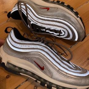 Nike airmax 97 i sølv. Den første af modellen i sølv der blev lavet for et par år siden - de blev udsolgt med det samme, og jeg var heldig at få fat i et par i USA. Brugt 2-3 gange, super god stand. Uden æske. Køber betaler for forsendelse - kan dog mødes efter aftale og handle på Amager for at bespare forsendelsen :)