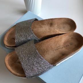 Brand: Redesigned Varetype: Sandaler Farve: Sølv Oprindelig købspris: 299 kr.  Sød sandal som desværre ikke passer min fod. Brugt en enkelt dag. Handler kun med mobile pay og sender med Dao