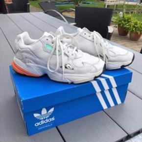 Adidas sneakers str. 38. Brugt omkring 4 gange, så i god stand. Nypris var 1000 kr.