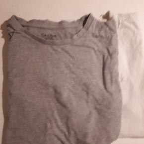 2 stk Calvin Klein T-shirts. Grå og hvid. Str. 14 år. Brugt, men ingen pletter, huller eller andet.