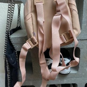 """Ny Adidas taske, man kan selv vælge om det skal være en """"rygsæk"""" eller en crossbody taske. Super fin størrelse til crossbody, og mega nuttet design🌸🌸"""