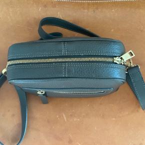 Flot læder taske fra det danske luksusbrand Rodtnes. En lille smule almindelig slid på hængsler. Ellers ser den helt ny ud.  Ny pris! Kun 400 kr