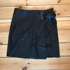 Faux læder nederdel med fin bindedetalje