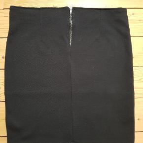 Casual nederdel med stretch og lynlås.  Fra røg og dyrefrit hjem.