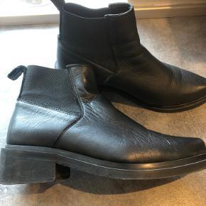 Sælges da jeg har alt for mange støvler