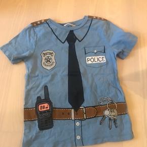 Fed politi t-shirt. Brugt to gange så helt som ny. Fra røg og dyrefrit hjem. Byd