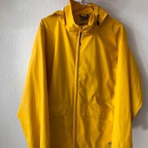 Sælger denne lækre gule regnjakke fra Helly Hansen. Den har en smule grå affarvninger(se billedet), deraf prisen. Der står small i jakken, men den passer fint både medium og large.