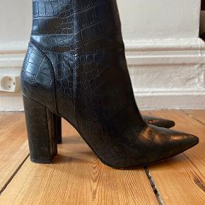 Sorte høj støvle i imiteret krokomønsteret læder med højt skaft med lynlås på indersiden.