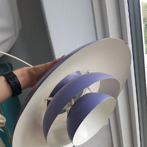 Smuk gammel PH lampe i lyslilla. En klassiker, der dog har lidt alderstegn og kræver omsorg og justering: mangler lille skrue øverst, se billede i kommentarfelt, og skal justeres så skærmene kommer til at hænge lige igen. Derfor den billige pris:)