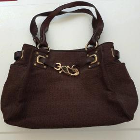 Dejlig stor mørkebrun shopper taske fra DKNY med store læderhanke der passer fint over skulderen. 40 X 30 X 12 cm. Med flere inderlommer og god plads til indkøb eller andet. Har kun været brugt få gange og har ellers ligget i skabet, da jeg har en anden yndlingstaske 😊