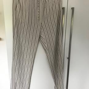 Bukser fra Arket aldrig brugt med elastik i taljen og 2 side lommer  Materiale: Viscose Blend  BYTTER IKKE