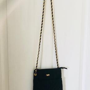 Lækker taske måler 20 x 22 cm.
